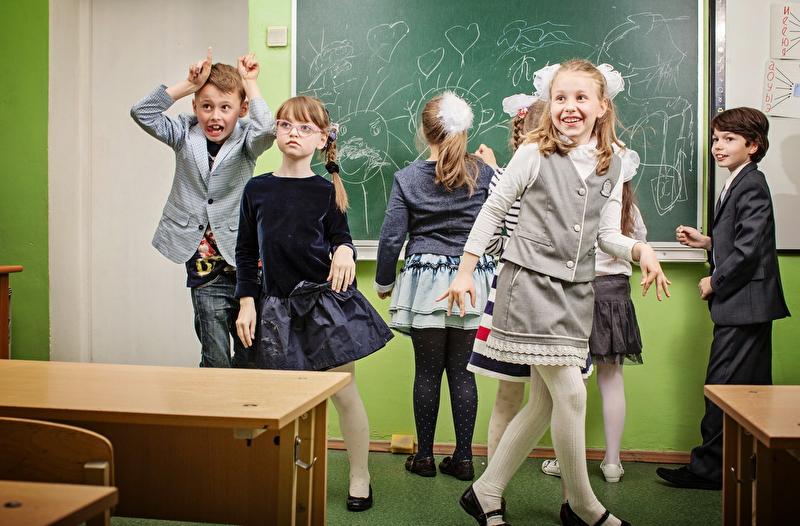 Педиатр объяснил, какую одежду и обувь выбрать ребенку для школы